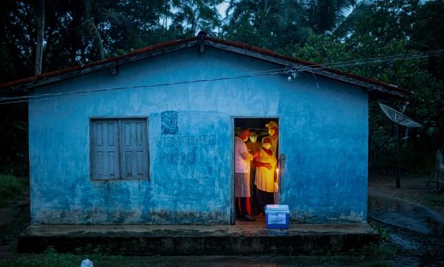 Mulher é vacinada contra a Covid-19 em comunidade quilombola no Pará