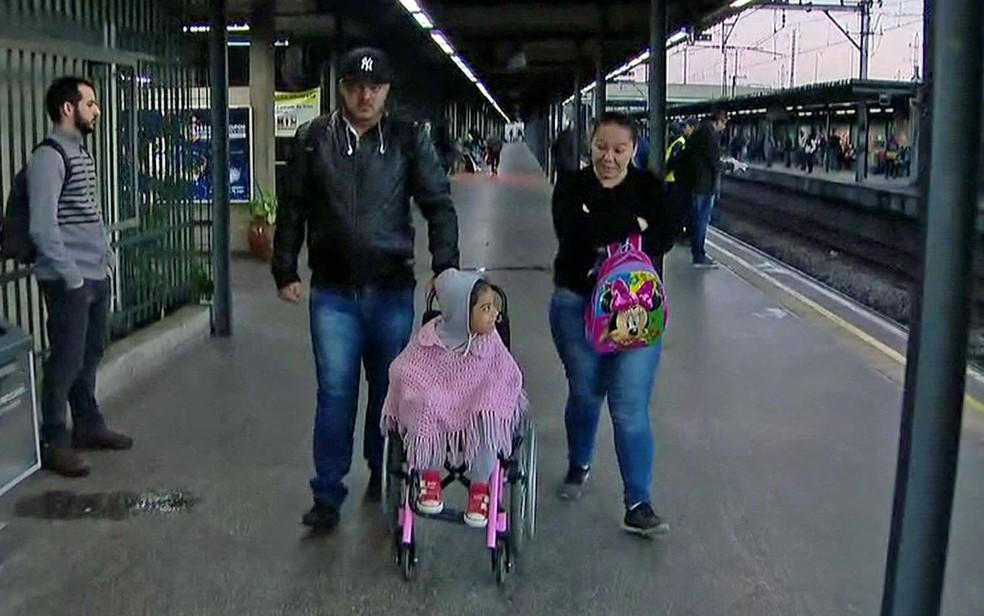 Pais não encontram elevador ou escada rolante na estação Barra Funda da CPTM — Foto: TV Globo/Reprodução