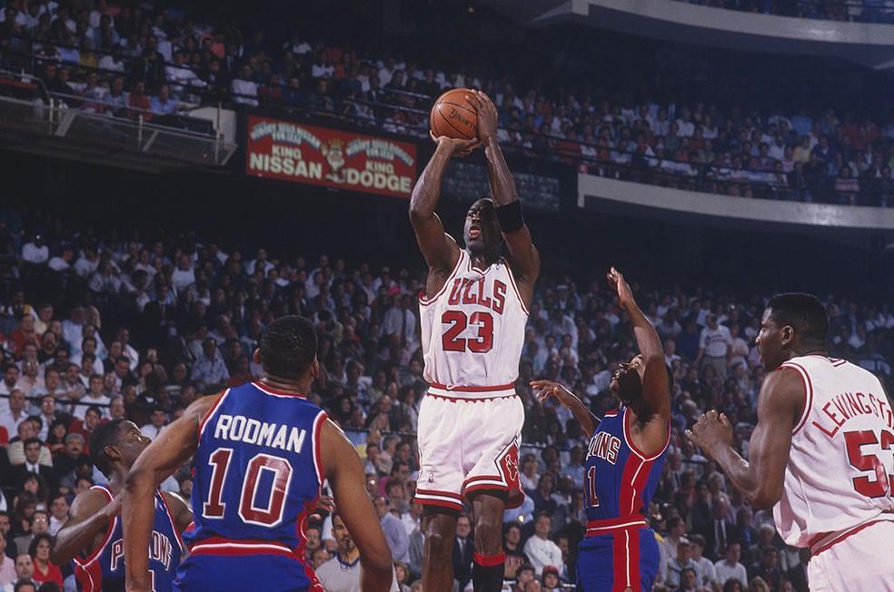 Michael Jordan arremessa a bola contra os Pistons em 1991 — Foto: Focus on Sport via Getty Images