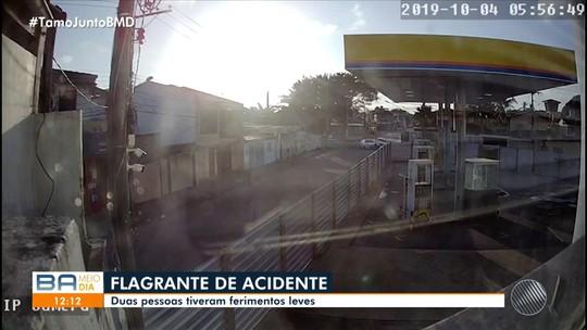 Câmeras de segurança flagram acidente que deixou duas pessoas feridas em Porto Seguro