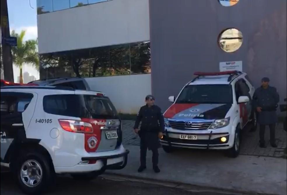 Presos foram levados para a sede do Gaeco em Sorocaba (Foto: Priscila Mota/TV TEM)
