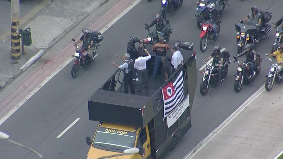 Major Olímpico desfila em carro aberto em apoio a manifestação em defesa da Polícia Militar — Foto: Reprodução/TV Globo
