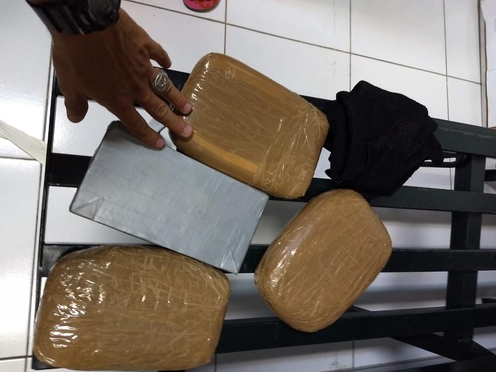 Mulher carregada 5 kg de cocaína pura e pretendia entregar a droga em Fortaleza (Foto: PMMT)