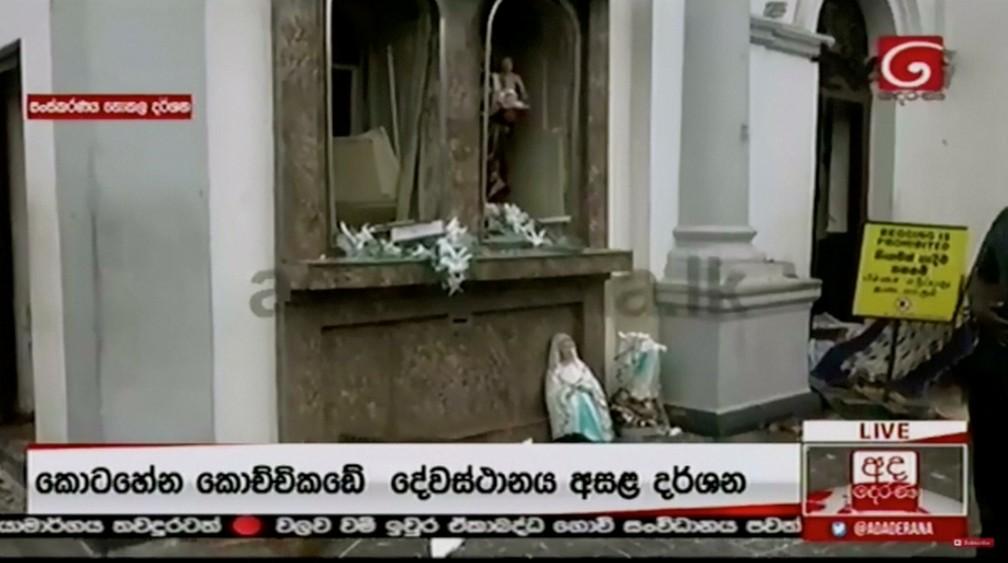 Imagens sacras destruídas dentro de igreja — Foto: Derana TV/via Reuters TV