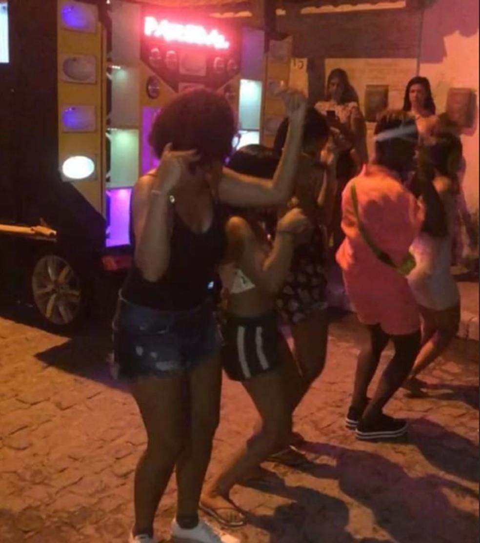 MC Loma e as Gêmeas Lacração comemoraram lançamento do clipe de Malévola com festa na rua de casa — Foto: Reprodução/Instagram