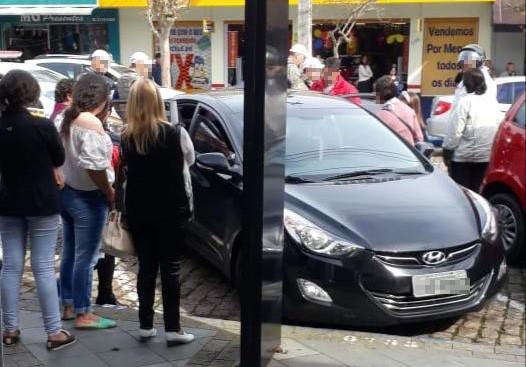 Polícia investiga caso de criança que foi deixada sozinha dentro de carro em Santa Cruz do Sul - Notícias - Plantão Diário