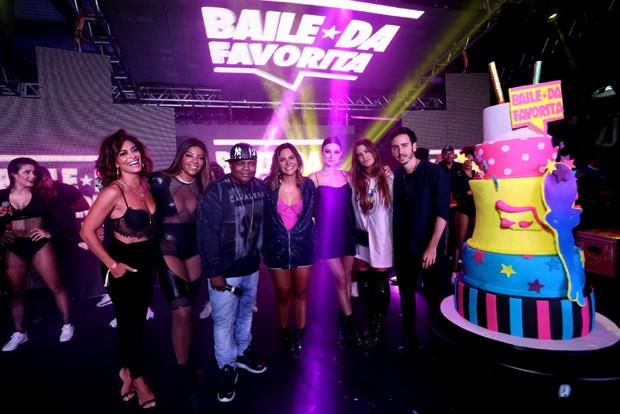 Carol Sampaio com alguns dos seus convidados famosos no aniversário de 7 anos do Baile da Favorita (Foto: Reginaldo Teixeira/CS eventos divulgação)