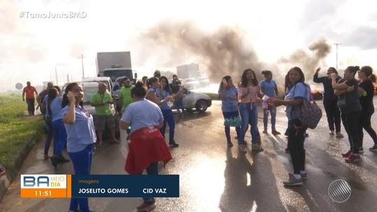 Funcionários terceirizados que prestam serviços ao Correio protestam em Camaçari