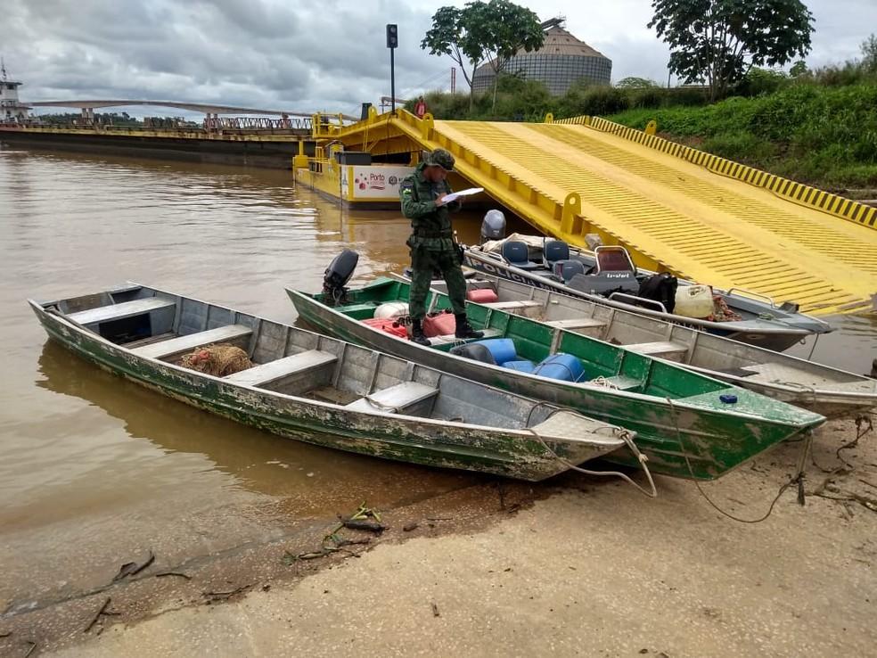 Agentes viram barcos em área proibida durante fiscalização (Foto: Polícia Militar Ambiental/Divulgação)