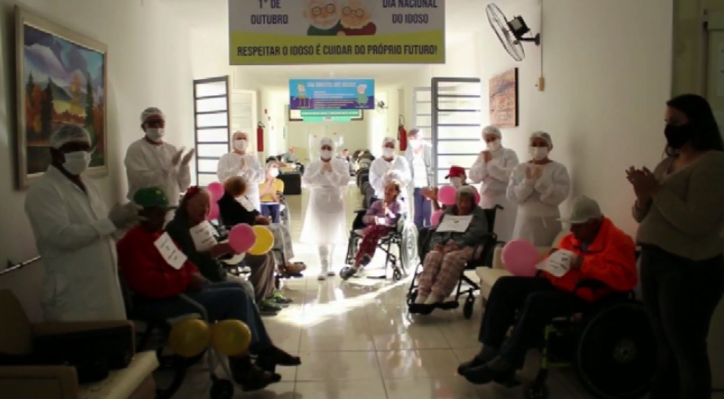 Idosos residentes em asilo recebem alta da Covid-19 em Borda da Mata, MG