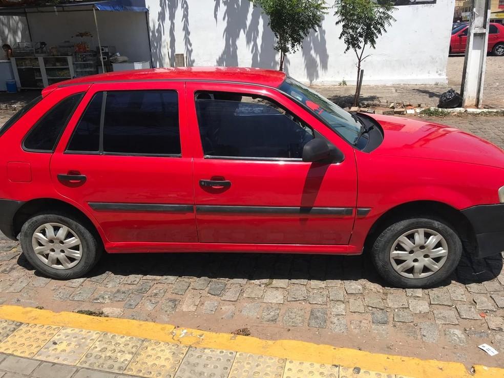 Bandidos queriam roubar o carro do PM, que reagiu  — Foto: Kleber Teixeira/Inter TV Cabugi