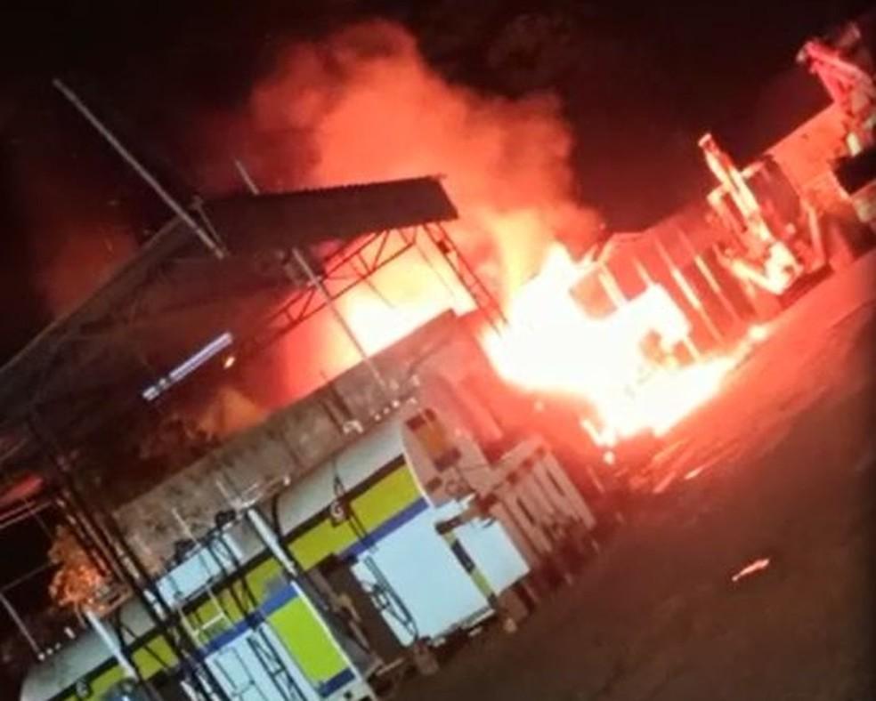 Bombeiros e caminhão-pipa da prefeitura trabalharam no atendimento da ocorrência em Palmital — Foto: Corpo de Bombeiros/Divulgação