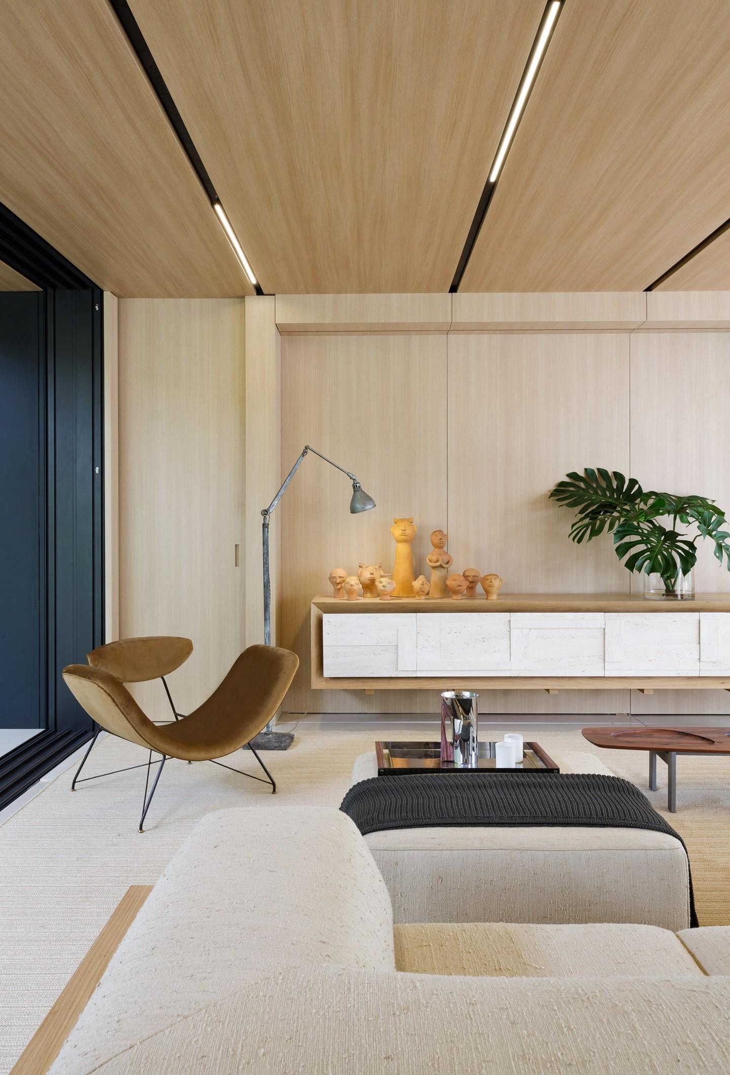 Décor do dia: madeira até o teto na sala de estar (Foto: Divulgação)