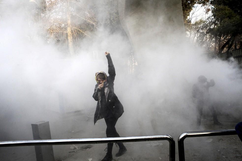 -  Manifestante participa de ato na Universidade de Teerã, no Irã, em imagem de 30 de dezembro  Foto: AP Photo/Arquivo