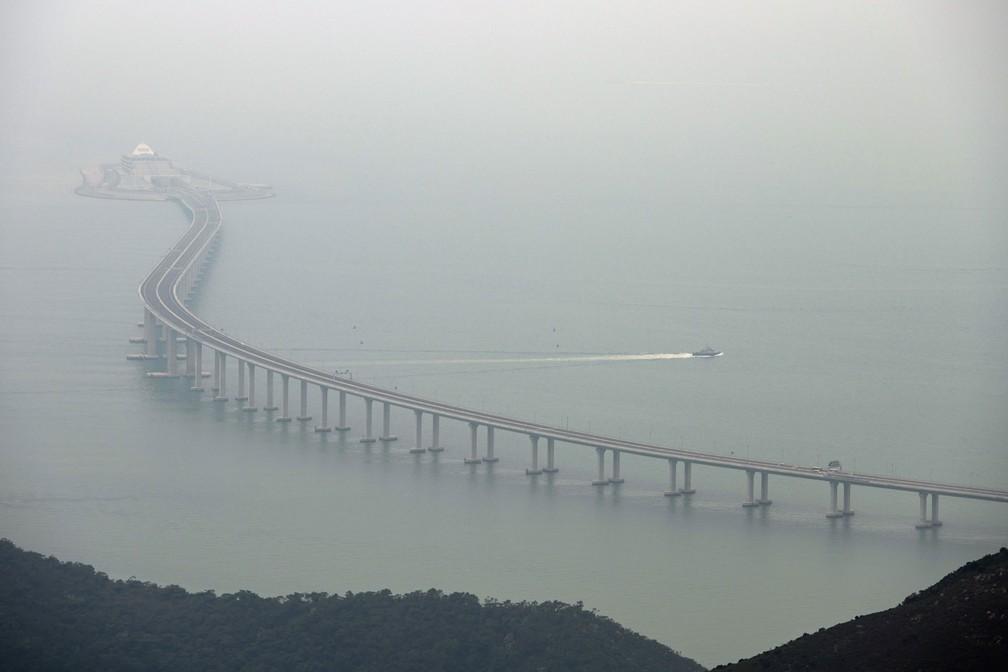 Ponte de 55 km liga a cidade de Zhuhai aos territórios de Macau e Hong Kong. Obra foi inaugurada nesta terça-feira (23) pelo presidente chinês, Xi Jinping — Foto: Anthony Wallace / AFP