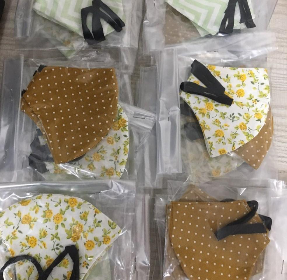Máscaras, de uso obrigatório na pandemia, são embaladas e entregues para pessoas carentes de Rio Branco — Foto: Arquivo pessoal