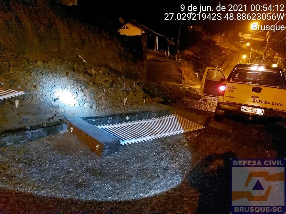 Muros e portões foram derrubados com a chuva no início da madrugada em Brusque — Foto: Defesa Civil/ Divulgação