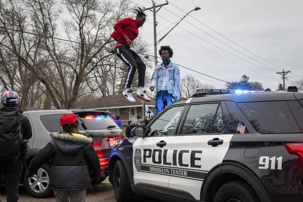 Manifestantes entram em confronto com a polícia no domingo (11) em Brooklyn Center, subúrbio de Minneapolis, após a morte de Daunte Wright durante uma abordagem policial — Foto: Christian Monterrosa/AP