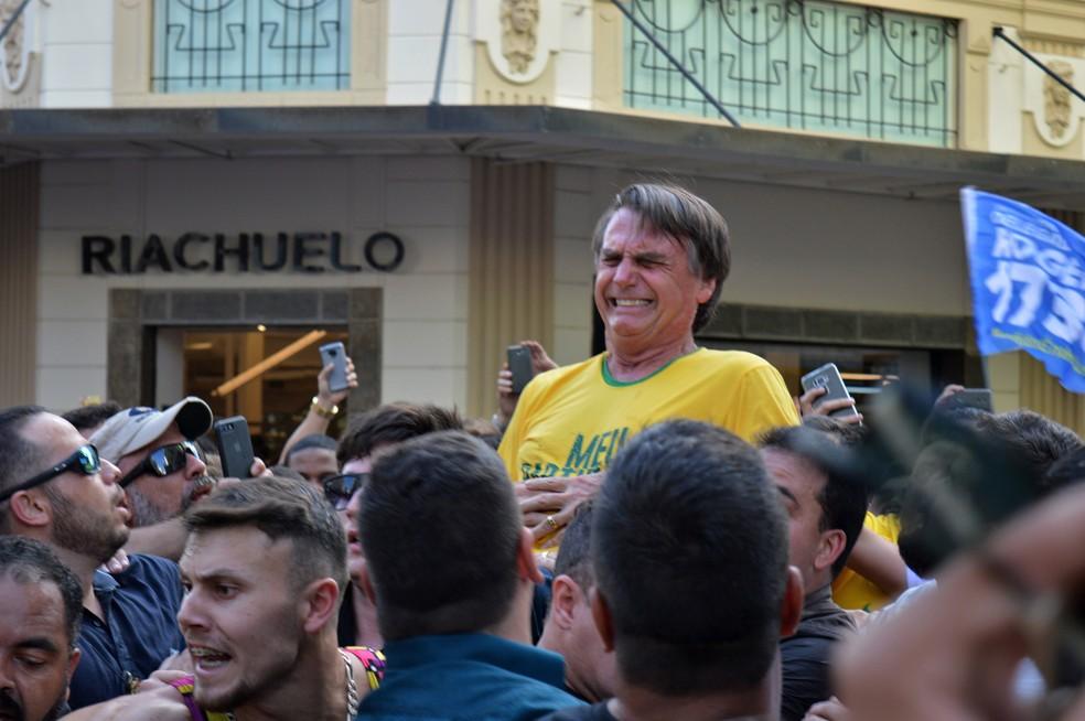 Jair Bolsonaro após ser esfaqueado durante uma campanha em Juiz de Fora, Minas Gerais  (Foto: Raysa Leite/AFP)