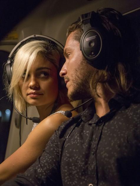Sophie Charlotte e Klebber Toledo em 'Ilha de ferro' (Foto: Raquel Cunha/TV Globo)