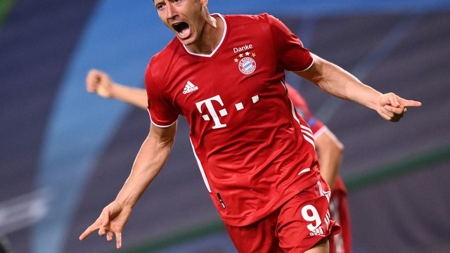 Lewandowski comemora o terceiro gol do Bayern na vitória sobre o Lyon