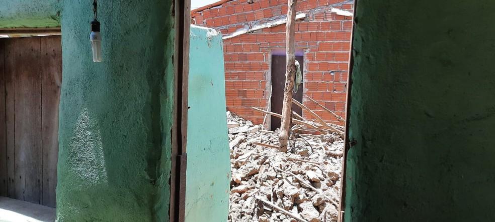 Escombros da casa que caiu em Iguatu — Foto: Wandenberg Belém/SVM