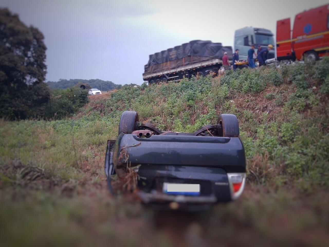 Carro capota e cai em barranco na BR-153, em Erechim; quatro pessoas ficam feridas