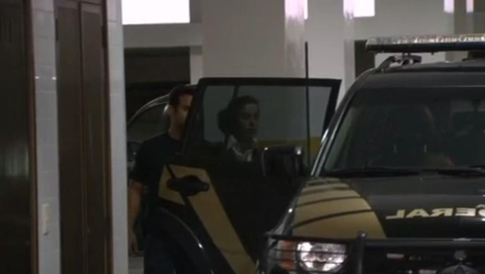 Mulher de Sérgio Cabral, Adriana Ancelmo, é levada para presídio pela Polícia Federal (Foto: Reprodução/ TV Globo)