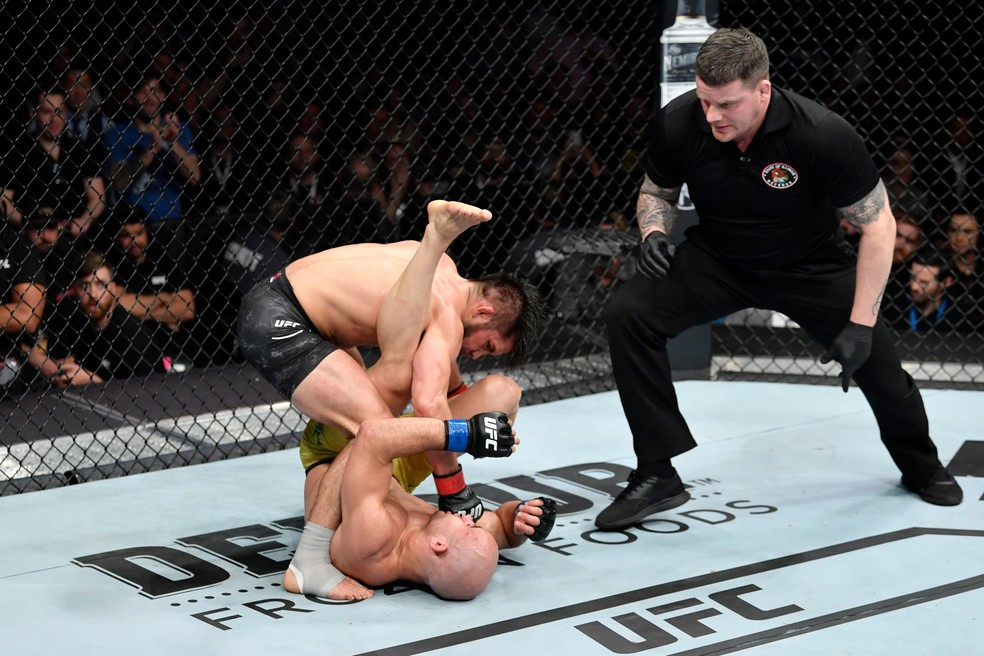 Henry Cejudo nocauteou Marlon Moraes na luta principal do UFC 238 — Foto: Getty Images