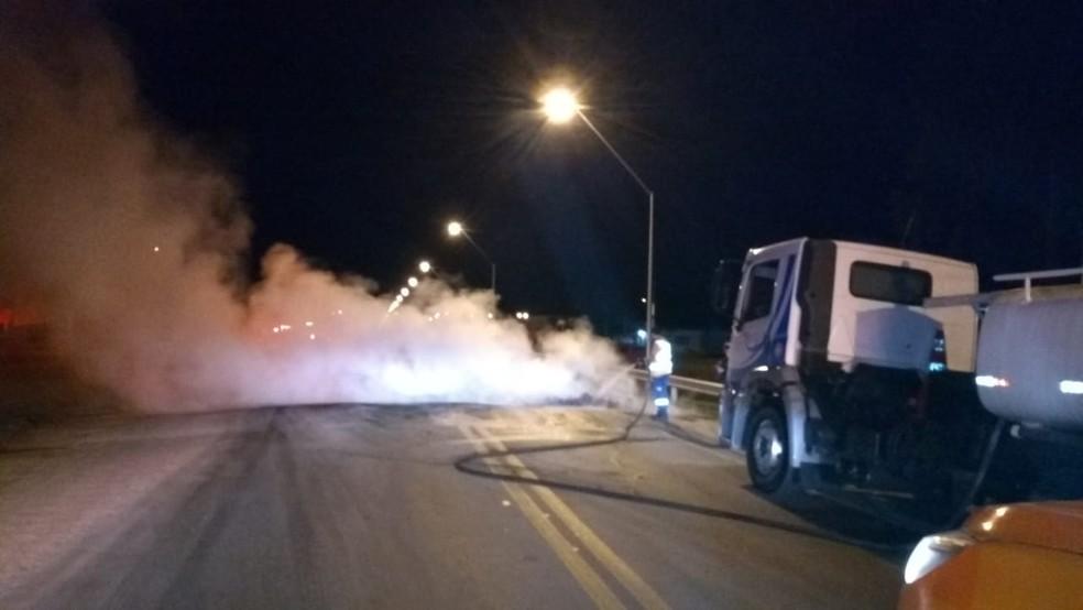 Funcionários da Via Bahia apagam incêndio após protesto de caminhoneiros na BR-324 (Foto: Divulgação/ Via Bahia)