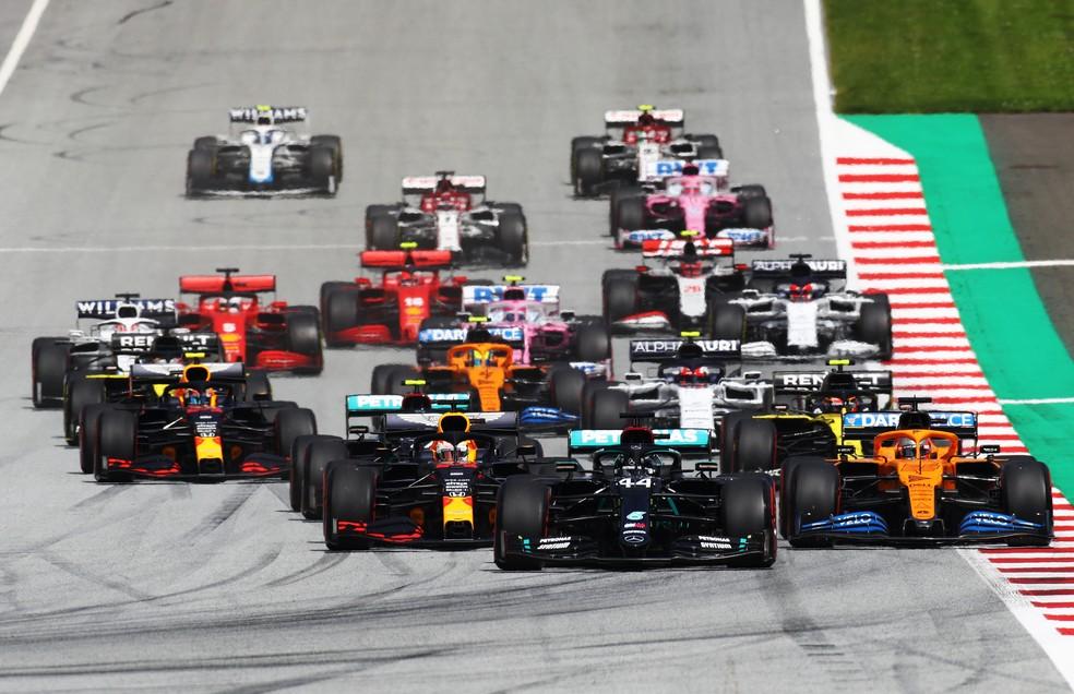 Largada do GP da Estíria, em Spielberg, com Hamilton liderando — Foto: Getty Images