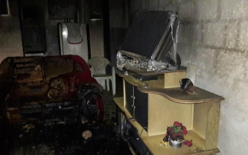 Casa ficou destruída após incêndio em Barreiras, no oeste da Bahia — Foto: Divulgação/Blog do Sigi Vilares
