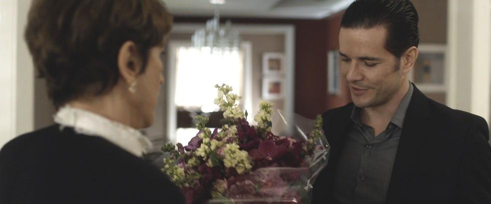 """""""Fiz questão de passar no melhor florista da cidade. E os bombons que você ama"""
