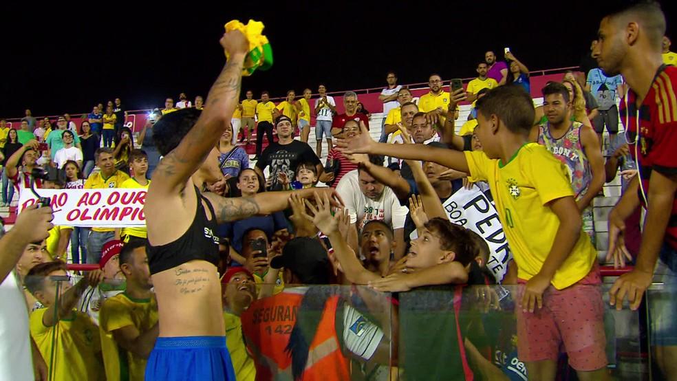 Pedro procura Marvim para dar camisa da seleção — Foto: Reprodução