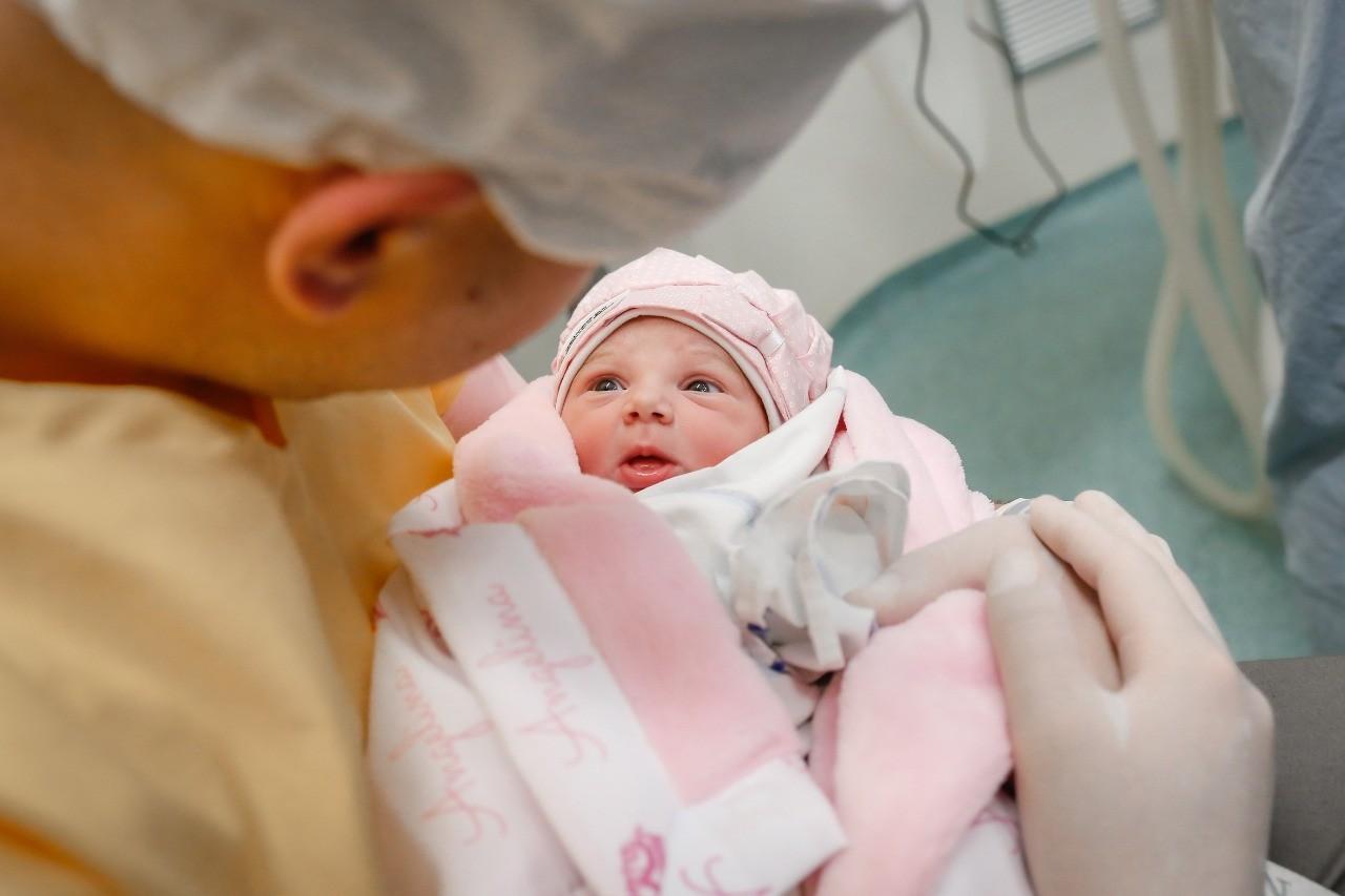 Zé Neto conhece a filha, Angelina, após o nascimento em São José do Rio Preto, em SP (Foto: Luís Cardoso)
