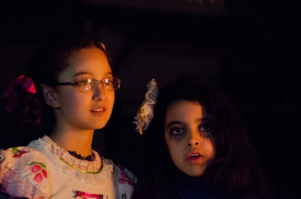 Nina Medeiros e Clara Moura em cena de 'A sombra do pai' — Foto: Divulgação