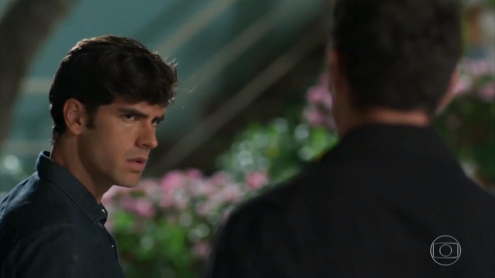 Felipe (Marcos Pitombo) se surpreende ao saber que Jéssica (Karen Junqueira) procurou Shirlei (Sabrina Petraglia) - 'Haja Coração' — Foto: Globo