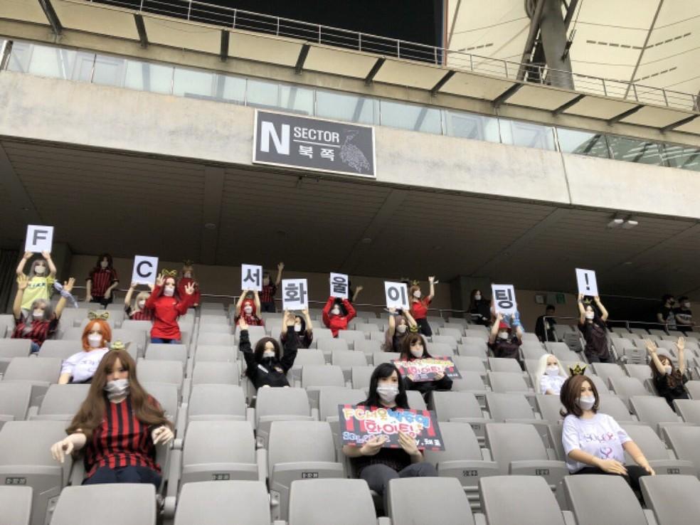 Bonecas de torcedoras com cartazes na arquibancada em jogo do FC Seoul, na Coreia do Sul — Foto: Reprodução