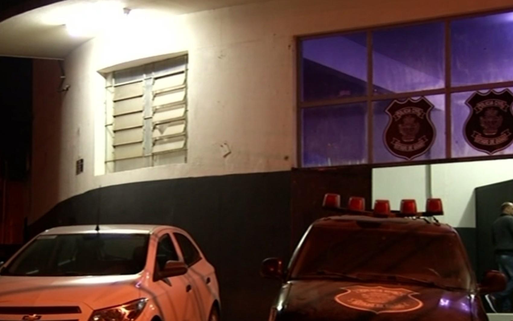 Homem é preso suspeito de esfaquear mulher e amante após chegar em casa e encontrá-los na cama, em Ouro Verde de Goiás