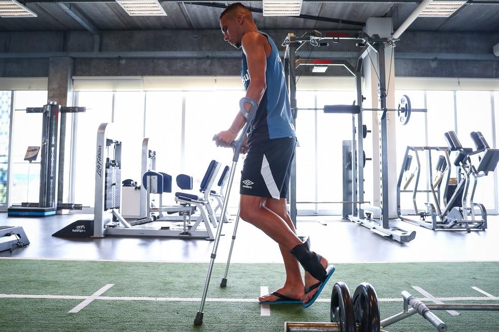 Com lesõa no tornozelo, Luiz Fernando tem prazo de recuperação de no mínimo seis semanas — Foto: Lucas Uebel/DVG/Grêmio