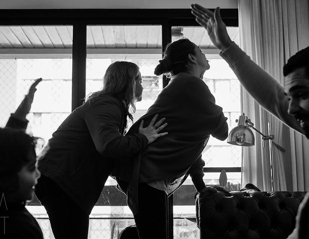 Guilherme canta e brinca com Franciso enquanto Marina se prepara para o momento das contrações de expulsão (Foto: Bia Takata)