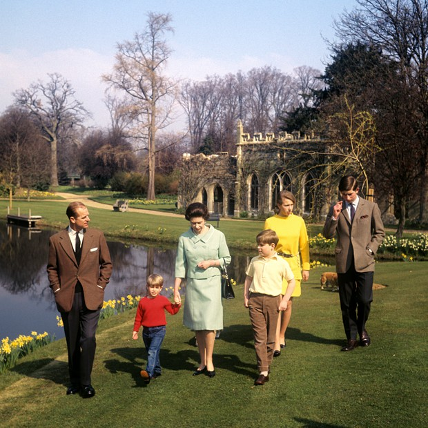 The Royal Family in the grounds of Frogmore House, Windsor, Berkshire. Left to right: Duke of Edinburgh, Prince Edward, Queen Elizabeth II, Prince Andrew, Princess Anne and Prince Charles. (Foto: PA Archive/PA Images)