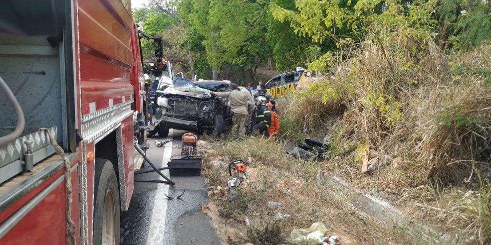 Bombeiros precisaram de cerca de uma hora para retirar motorista das ferragens — Foto: Foto: Valéria Alves/Sistema Verdes Mares