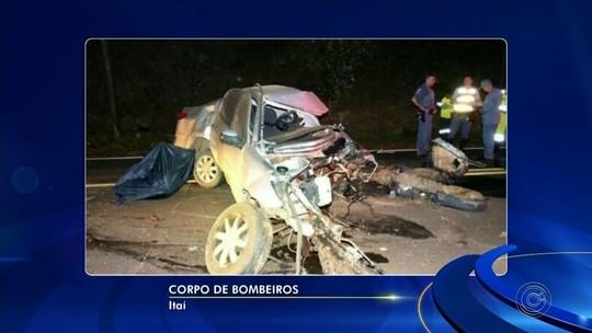 Motorista morre ao bater carro em árvore em rodovia de Itaí; veículo ficou destruído