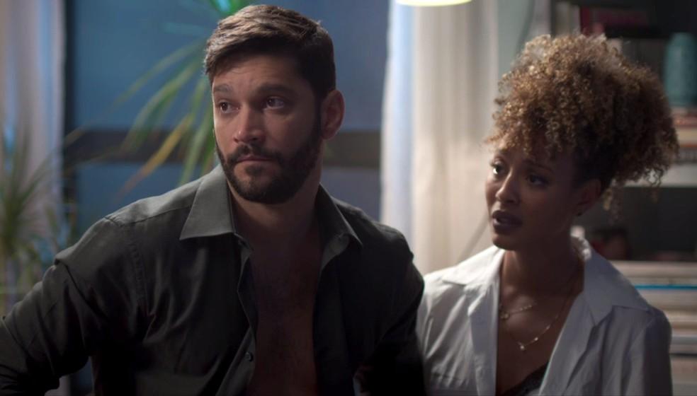 Diogo (Armando Babaioff) e Gisele (Sheron Menezzes) estão sozinhos no apartamento quando percebem que Willian (Diego Montez) acaba de chegar em 'Bom Sucesso' — Foto: Globo