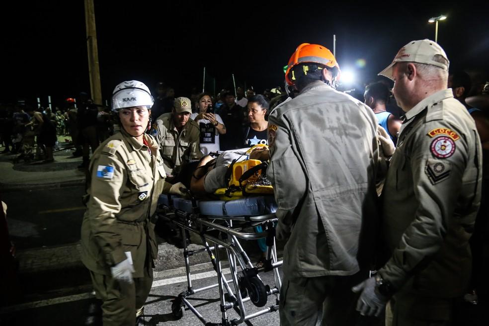 Vítima é socorrida após atropelamento no calçadão da Avenida Atlântica, em Copacabana (Foto: Ian Cheibub/Agif/Estadão Conteúdo)