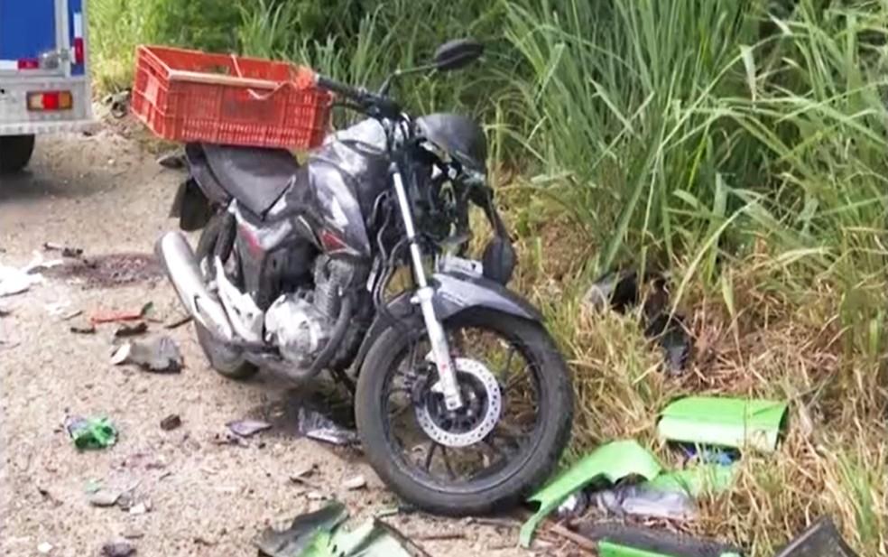 Quatro vítimas estavam no carro e uma na mototcicleta — Foto: Reprodução/TV Bahia
