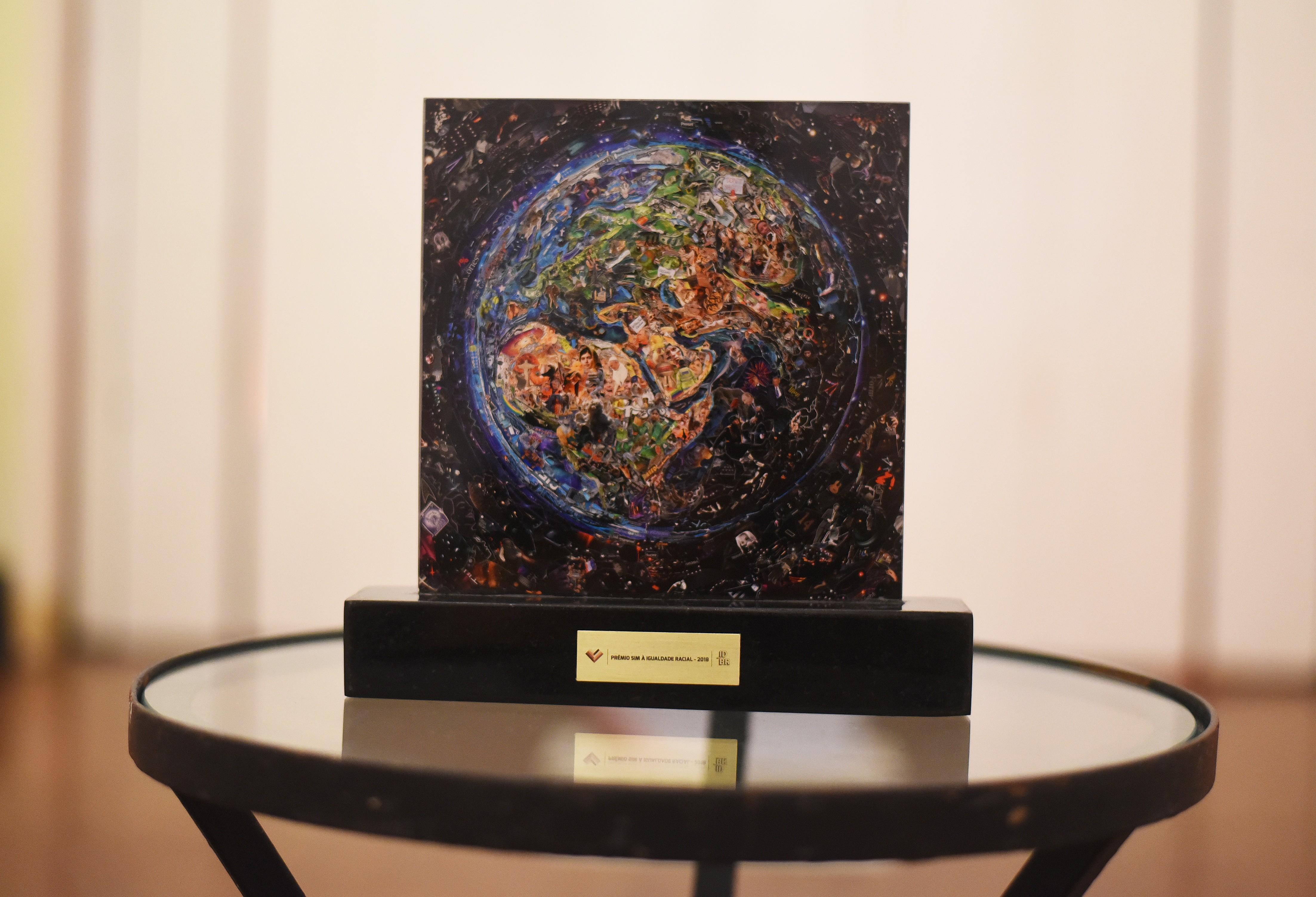 A estatueta do prêmio foi desenhada por Vik Muniz
