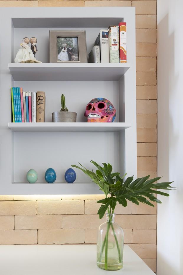A cozinha é onde tudo acontece neste apartamento (Foto: Julia Ribeiro)