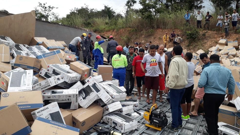 Algumas pessoas, segundo a PM, tentavam saquear as cargas â?? Foto: Ederson Soares/Inter TV